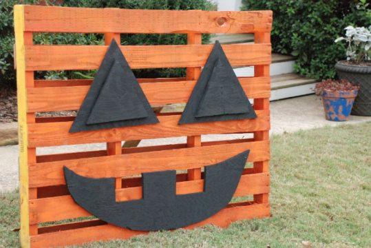 DIY Pumpkin Decoration Made Out of A Pallet!